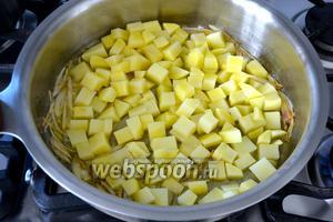 Следом добавьте картофель.
