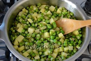 И нарезанную кружочками спаржу. Обжаривайте всё на среднем огне, помешивая, чтобы овощи не пригорели, 7-8 минут.