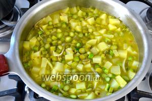 И добавьте овощной бульон. Посолите по вкусу. Варите на среднем огне около 20 минут. Готовые овощи измельчить погружным блендером. Или переложите всё в чашу блендера и измельчите.
