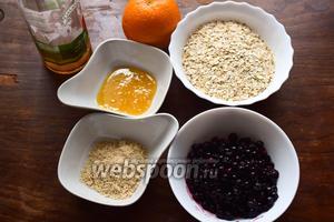 Для крамбла возьмём апельсин сочный, сладкий, овсяные хлопья любого размера, смородину чёрную свежую или размороженную (вместе с соком), муку миндальную и арахисовую (или любые другие орехи), 2 ложки оливкового масла.