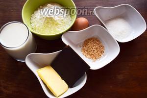 Ингредиенты для панкейков самые обычные: мука, молоко, яйцо, разрыхлитель, сахар, сливочное масло. В наши мы добавим ещё шоколад и кунжут.