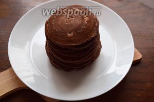 Складываем панкейки стопочкой и подаём с соусом! Я их дополнительно полила горячим шоколадом!:)) Приятного аппетита!