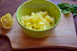 Яблоко нарежем кубиками 1х1 см, польём соком лимона.