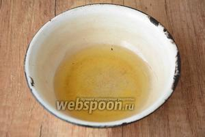 В маленькой чашке соединяем оливковое и подсолнечное масло. Ставим на огонь и даём маслу закипеть.