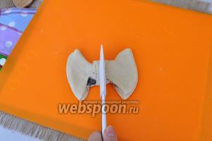 Надавим лопаткой в середине, но так, чтобы не порезать тесто. Это делается для того, чтобы при выпечке бантик сохранил форму.