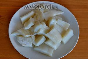 Рыбу промойте, снимите кожу и проверьте, чтобы не осталось косточек. Нарежьте филе небольшими кусками.