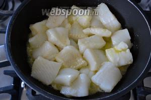 В сковороде разогрейте оливковое масло и выложите обжариваться кусочки рыбы.