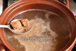 В это время в кастрюле уже должна кипеть вода. Отправляем мясо в воду. Снимаем пену (её будет немного). Добавляем немного соли.
