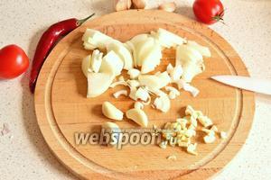 Лук нарезать четвертинками колец, чеснок нарубить произвольно. Часть чеснока пойдёт в бульон, а часть в соус.