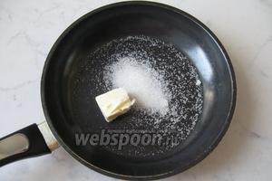 Готовим карамелизированные яблоки. На сковороду насыпаем сахар, кладём кусочек сливочного масла.