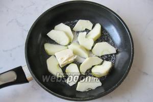 Яблоки моем, чистим, удаляем сердцевину и нарезаем дольками. Добавляем на сковороду с сахаром и маслом.