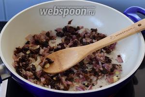 Нарезаем мелко лук и вяленые томаты, поджарим немного в горячем сливочном масле.