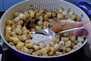 Добавляем белую спаржу, соль и сахар. Тушим около 2 минут и добавляем муку, перемешаем и немного ещё протушим.