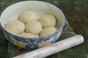 Накрываем пищевой плёнкой ёмкость с шариками теста фило. Отправляем в холодильник на 70 минут.