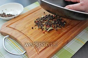 Начнём с приготовления соуса. Перец горошком, хорошо если у вас будет смесь перца, выложить на доску и дном сотейника или сковороды его хорошо размолоть. Делайте это так, под небольшим углом ставьте дно на перец и, прижимая, ведите сотейник от себя. Именно свежемолотый перец придаст нашему соусу аромат.