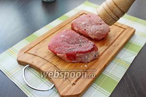Пока готовится соус, займёмся мясом. Стейки натереть солью и перцем.