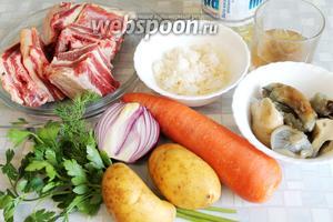 Для рассольника взять говядину, морковь, картофель, грибы солёные, лук, рис, рассол, зелень, масло, лавровый лист, соль, воду.