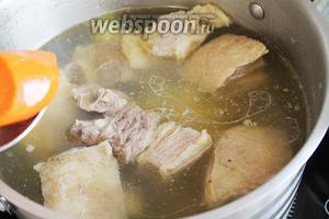Из бульона вынуть овощи и мясо, положить картофель и варить минут 10.
