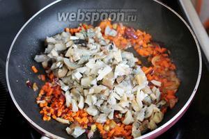 Добавить их на сковороду к обжаренным овощам.