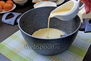 Наливаем молоко в кастрюльку (у меня топлёное молоко, но это необязательно).