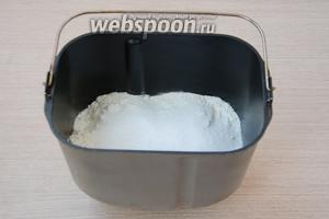 Для приготовления теста я использовала хлебопечку Panasonic 2501. По инструкции к ней необходимо засыпать сначала сухие ингредиенты, а затем жидкие. Следуя инструкции, выкладываем на дно ведёрка для хлебопечки сухие быстродействующие дрожжи, а затем просеянную через сито муку, сахар и соль.