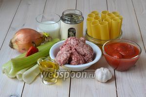 Для приготовления каннеллони в томатном соусе потребуются каннеллони, начинка для них и острый соус. Для начинки подготовьте мясной фарш, стебли сельдерея, репчатый лук, молоко, фильтрованную воду, немного томатов и оливкового масла. Для соуса вам понадобится маленький острый перчик, репчатый лук, чеснок, помидоры в собственном соку и сушёный базилик (например, карамельный). Также приготовьте кусочек сыра для посыпания блюда и прямоугольную форму для запекания.