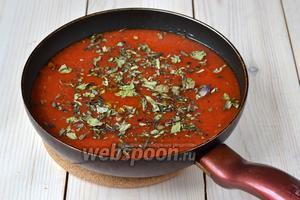 Добавьте томатное пюре в сковороду, где обжариваются лук, чеснок и острый перец. Убавьте огонь до среднего и доведите соус до кипения, помешивая. Поварите 1 минуту. Снимите с огня, посыпьте базиликом. Добавьте в сковороду 1-2 щепотки соли (ориентируйтесь на свой вкус) и 0,5-1 ч. л. сахара. Хорошо перемешайте, накройте крышкой и дайте постоять 30 минут.