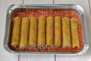 На дно формы для запекания налейте примерно 5 ст. л. томатного соуса. На него выложите начинённую пасту.