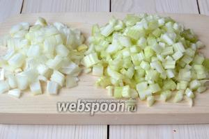 Сначала сделайте начинку для каннеллони. Нарежьте кубиками стебли сельдерея и 1/2 луковицы.