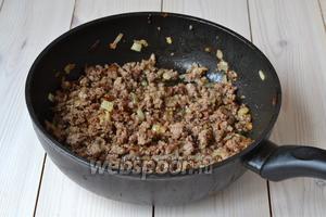 Обжаривайте фарш с луком, помешивая время от времени, пока на кусочках мяса не появится лёгкая корочка.