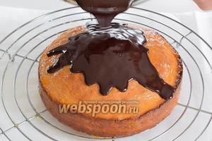 Кипятим сливки, убираем с огня и разведём в них шоколад. Тёплую глазурь выливаем сверху на бисквит и даём вольно растечься.