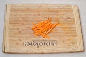 Морковь натереть на тёрке для корейской моркови или порезать тонкой соломкой.