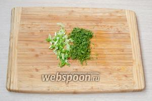 Укроп и зелёный лук мелко порубить.