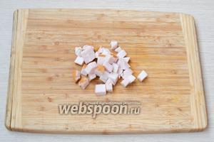 Копчёное филе порезать кубиками.