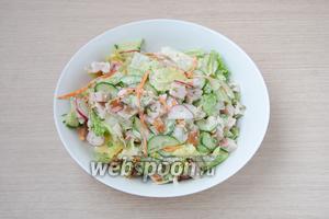 Заправить салат получившимся соусом и хорошо перемешать его. Если будете делать салат на праздничное застолье, то заправлять его лучше перед подачей.