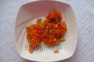 Морковь с луком обжарить в растительном масле, на раскаленной сковороде, до золотистого цвета. И отправляем зажарку в суп.