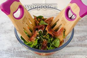 Поджаренный хамон нарвать на кусочки и добавить в салат. Перемешать.