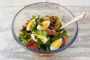 Отваренные яйца разрезать на 4 части. Украсить ими салат. Подавать такой салат сразу к обеду.