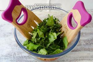 Листья салата вымыть, просушить. Вынуть из воды листья одуванчиков и просушить. В глубокий салатник нарвать кусками листья салата и листья одуванчика. Перемешать.