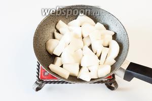 10 минут репа тушилась в растительном масле на среднем огне в толстостенной сковороде.