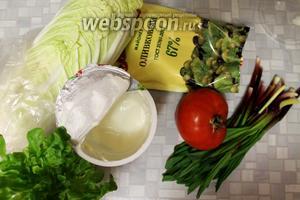 Для салата взять сладкий помидор (его вкус имеет значение), черемшу, лист капусты, несколько листьев зелёного салата, майонез, сметану, соль.