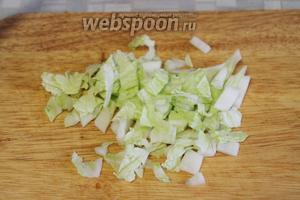 Лист пекинской капусты с черешком нарезать кубиком, гофрированный край оставить для подачи.