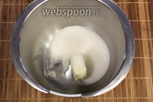 Соединим мягкое масло и сахар, взобьём при помощи миксера.