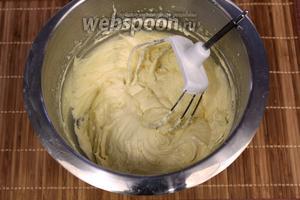 Последним этапом добавляем муку и соду, взбиваем до однородной гладкой массы.
