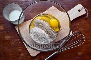 Смешиваем в подходящей посуде муку обеих видов, яйца, молоко и соль. Перемешаем венчиком.