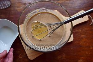 Добавим растительное масло и оставим тесто на 5 минут, накрыв полотенцем!