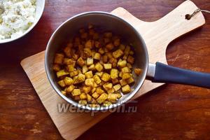 Смешаем в сотейнике яблоко, мёд и корицу и потушим около 5 минут, накрыв крышкой!