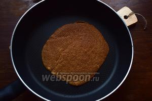 Жарим гречневые блины на антипригарной сковороде, смазав её 1 раз маслом (2-3 капли). Предупреждаю — блины исключительно вредные, норовят порваться, поэтому переворачивать их нужно очень аккуратно, поддев 2 лопатками с разных сторон.