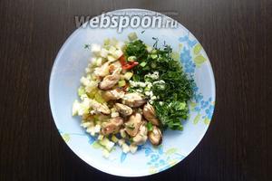 Соединим нарезанные продукты в салатнике.