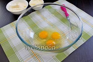 Начнём с приготовления теста. Яйца взбить с солью (много соли не добавляйте, так как в тесто мы добавим майонез, а он достаточно солёный).